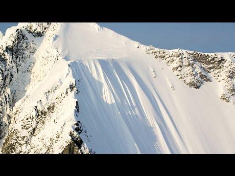 نجاة متزلج بعد سقوطه من جبل جليدي مرتفع