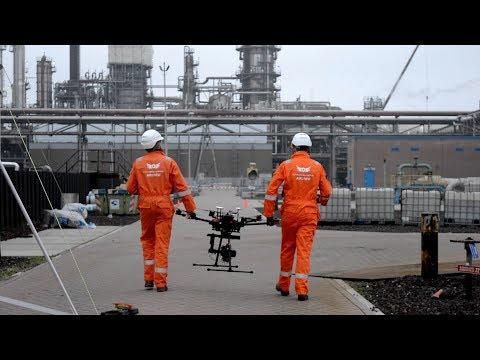 Fakkelinstallaties vormen een belangrijk onderdeel van onze veiligheidsvoorzieningen. Ook deze installaties moeten worden geinspecteerd. Bij Shell Pernis zetten we daarvoor drones in. Uniek door extra vereisten in verband met de nabijheid van Airport Rotterdam-The Hague.