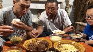 """【食味阿远】阿远做了四个""""红烧狮子头"""",老爸边吃边夸做的好,真是入味了   Shi Wei A Yuan"""