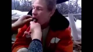 Смотреть онлайн Друзья вырвали мужчине зуб пассатижами
