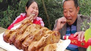 Dad wants to eat duck head, fat girl 20 duck heads in a pot, spicy sweat