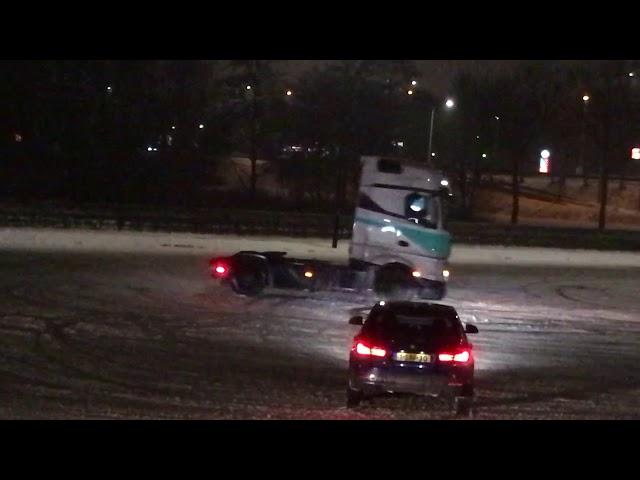 Truckert doet moves in de sneeuw
