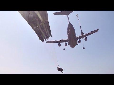 Seskok z letadla C-17