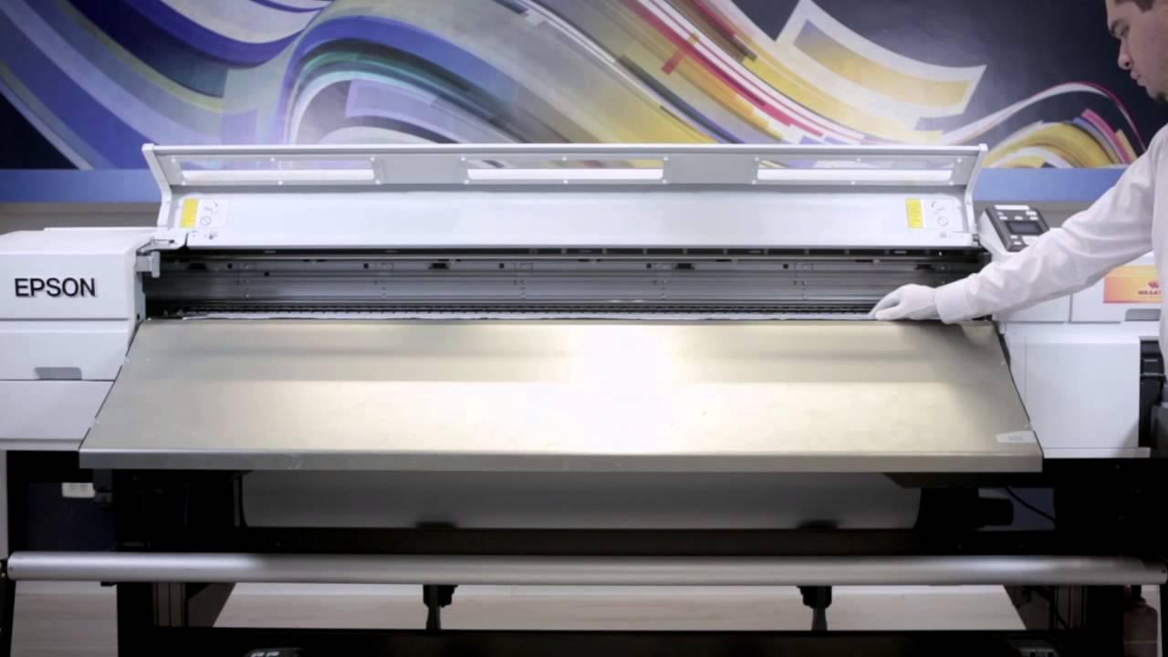 Como carregar e retirar o papel da impressora Epson F7070