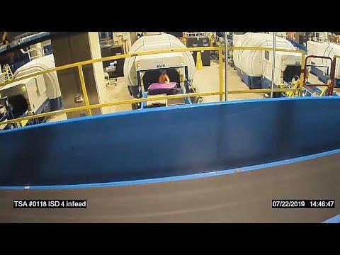 العرب اليوم - شاهد: طفل يفلت من والدته ويصعد على حزام الأمتعة في مطار أميركي