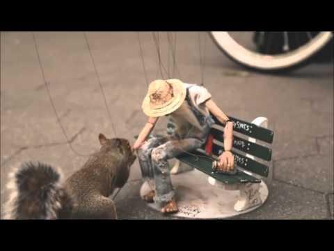 בובה על חוט מקבלת חיים במופע רחוב