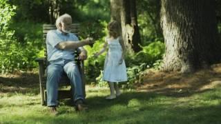 Смотреть онлайн Дедушка с внучкой сажают куст в летнем саду