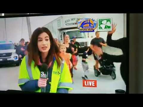 Corredor de maratona dá tapa no bumbum de repórter ao vivo e causa revolta