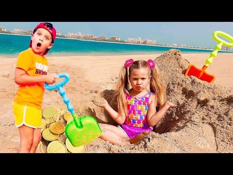 ديانا وروما يلعبان على الشاطيء مع بابا