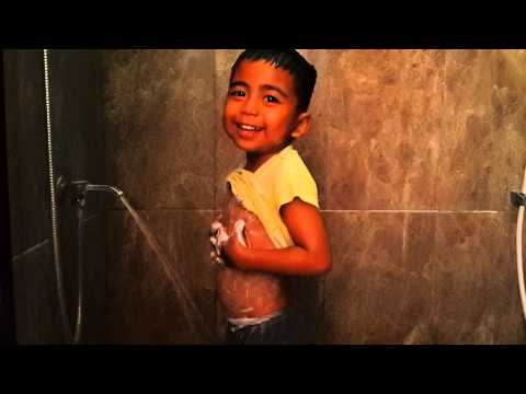 Anak kecil mandi sendiri