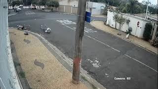 Suspeitos em moto são atingidos por carro durante perseguição policial no interior de SP; veja o vídeo