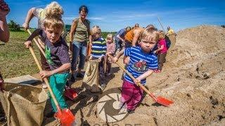 preview picture of video 'Kindergarten schippt Sandsäcke - Elbe-Hochwasser bei Wittenberg'