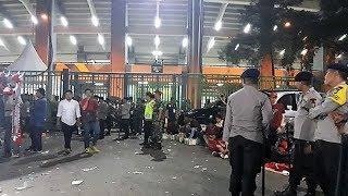 Sejumlah Suporter Memaksa Masuk Stadion Patriot Candrabhaga saat Laga Indonesia vs Palestina