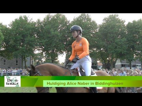 VIDEO | Honderden inwoner Biddinghuizen huldigen Alice Naber en Peter Parker
