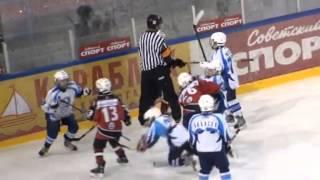 Смотреть онлайн Крутая массовая драка на детском хоккее