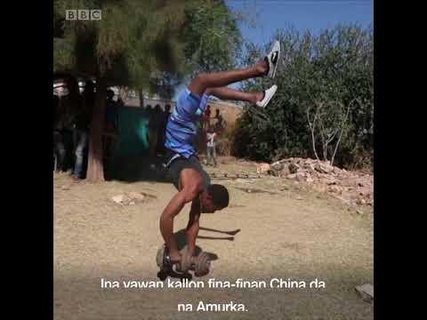 BBC Hausa - Bidiyon mutum mai tafiya a kan hannayensa