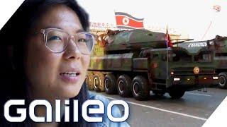 Viele Menschen schrecken vor einer Reise nach Nordkorea zurück. Warum zieht es trotzdem immer wieder Touristen in den isolierten Überwachungsstaat? Unsere Reporterin Anne findet es heraus.  #Nordkorea #Diktatur #Galileo  ► Die besten Videos von #Galileo: http://bit.ly/GalileoTop25 ► Ganze Folgen von Galileo: http://bit.ly/GalileoGanzeFolge ******************* ►Galileo auf YouTube abonnieren:  http://bit.ly/SubscribeGalileo *********************  ►Mehr auf Galileo: http://www.galileo.tv/   ►Alle Videos findest du auf http://www.prosieben.de/tv/galileo/videos  Galileo ist die #ProSieben Wissenssendung mit Aiman Abdallah, Stefan Gödde und Funda Vanroy. Täglich um 19.05 Uhr kannst Du auf ProSieben die Welt kennen und verstehen lernen. Galileo nimmt Dich mit auf eine Reise durch das Wissen: Physik, Geschichte, Natur und Internetphänomene, Gesellschaft, Politik und alltägliche Fragen. Die Hosts Harro Füllgrabe, Jan Schwiderek, Jumbo Schreiner, Klas Bömecke, Matthias Fiedler, Akif Aydin und Dionne Wudu nehmen dabei vollen Körpereinsatz in Kauf und gehen allem auf den Grund, was uns interessiert.  -----------------------------------------------------------------------------------------------  Impressum: http://www.studio71.com/de/impressum