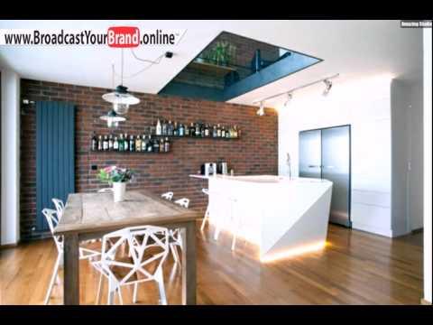 Ziegelwand Küche Blaue Tür Weiße Kochinsel Beleuchtung Led