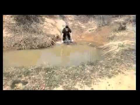 salti con la bici nel fango