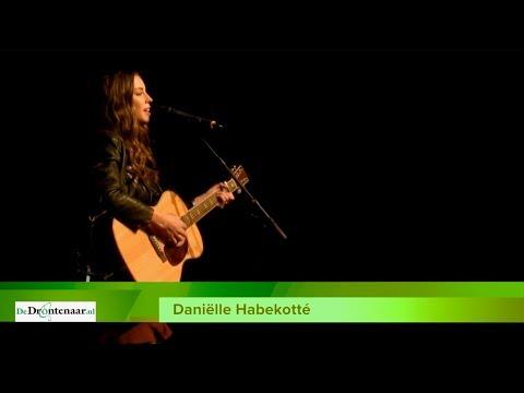 VIDEO | Singer-songwriter Daniëlle Habekotté uit Dronten treedt op tijdens nieuwjaarsbijeenkomst
