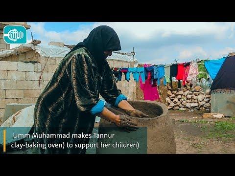 أم محمد تصنع تنور الخبز لتعيل أولادها