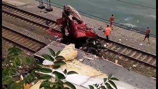 В Сочи на железнодорожные пути упал грузовик