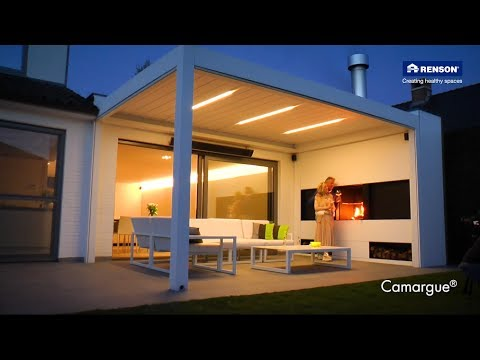 Outdoor living space Camargue by Renson with integrated fireplace