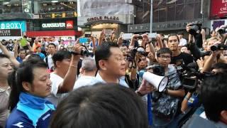 03OCT2014 反佔中市民嘗試衝擊佔中示威者防線