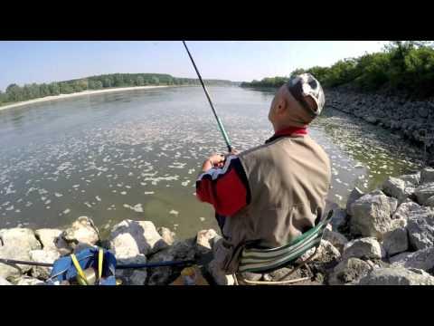 La seggiola pieghevole per pescare dai disegni di mani