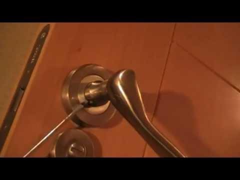Reparar manivela suelta de una puerta.