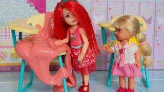 ДАША ПРИЛЕПИЛА НА СТУЛ ЖВАЧКУ / Играем с куклами МАМА БАРБИ