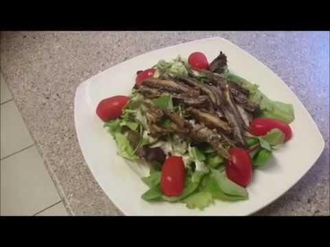 leckeres Fischgericht: frischer Salat mit Sardellen