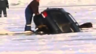Машина уходит под лед на рыбалке