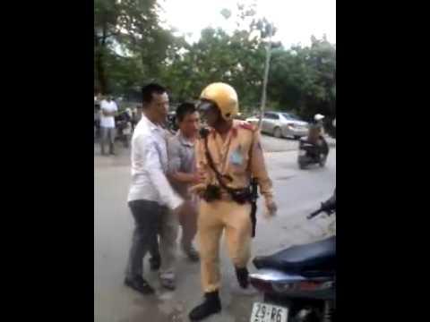 Hà Nội 21/7/2013: Không đội mũ bảo hiểm, chửi cảnh sát giao thông