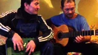 Туркмены поют на гитаре в Москве