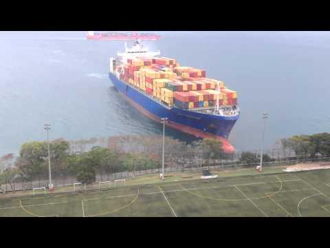 Statek przybija do brzegu