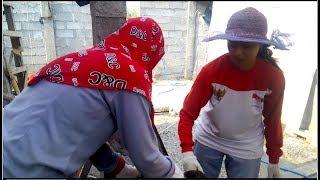 Wanita Ini Punya Cara Praktis Memasang Batu Bata