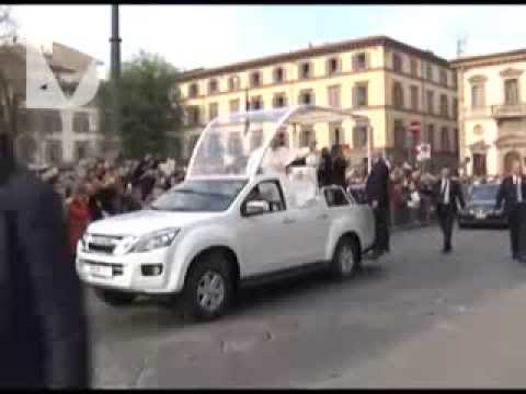 PAPA FRANCESCO ARRIVA A FIRENZE - video