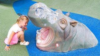 Настя в зоопарке кормит животных и играет на детской площадке