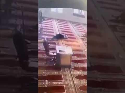 فيديو يوثق وفاة مؤذن خلال رفعه الأذان في بنغازي