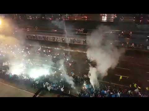 """""""Llegada de Millonarios al Campín SEMIFINALES 2017-II Vuelta"""" Barra: Comandos Azules • Club: Millonarios • País: Colombia"""