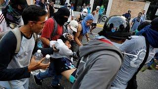 Слезоточивый газ и столкновения как Венесуэльская оппозиция поддерживает протесты