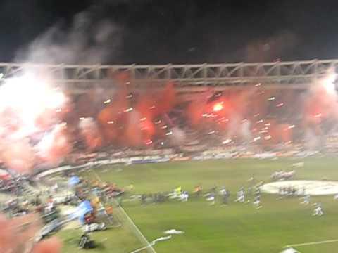 """""""Estudiantes vs Nacional (Salida pincharrata)"""" Barra: Los Leales • Club: Estudiantes de La Plata"""