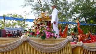 preview picture of video 'Welcome Candle from the King TH_ Ubon Ratchathani Candl Festival 2012'