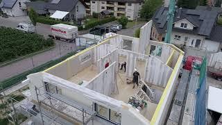 Schon mal einen Hausaufbau aus der Luft gesehen? Nur zwei Tage hat es gedauert, bis das Kundenhaus aufgebaut war – wirklich beeindruckend!