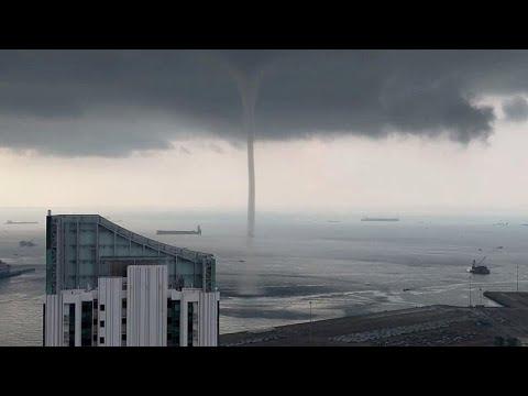 العرب اليوم - منظر مهيب لدوامة مياه وصلت للسماء على سواحل سنغافورة