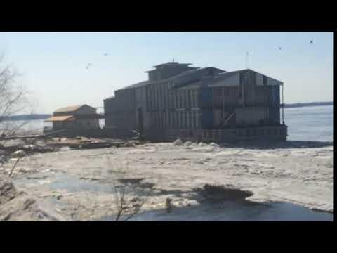 Момент сноса дебаркадеров ледяным полем попал на видео