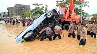 Terjang Jalanan Banjir, Mesin Minibus Mati Lalu Terbawa Arus hingga Masuk Parit