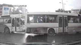 Астана. Наглые водители автобусов проезжают на красный и затрудняют проезд.