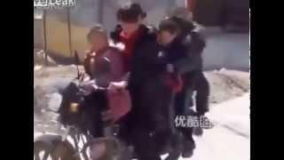 Отправляет детишек в школу на мотоцикле!